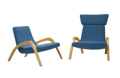 Dve dizajnové relaxačné kreslá JAZZ a JAZZ MAX, jedno bez hlavovej opierky, v modrom čalúnení.