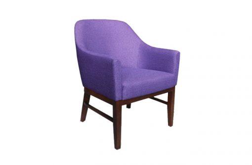 Štýlové kreslo POP vo výraznej fialovej farbe s dlhými drevenými nožičkami.
