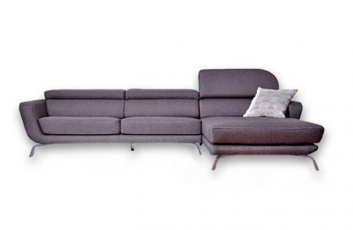 Moderná pohovka SEATTLE vo fialovej farbe so zdvihnutou opierkou hlavy.