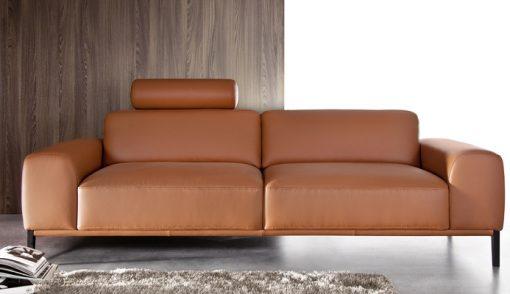Moderná sedačka POINT s jednoduchými čistými tvarmi v hnedej koži.