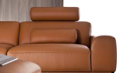 Moderná sedačka POINT s jednoduchými čistými tvarmi v hnedej koži, detail na opierku a šitie.