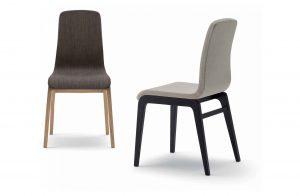 Dve stoličky AUBURN čalúnené s drevenými nohami.