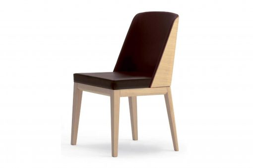 Moderná stolička Barlow s koženým čalúneným sedákom a operadlom.
