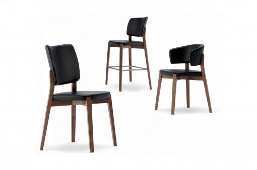 Tri stoličky s drevenou kostrou a koženým čalúnením.