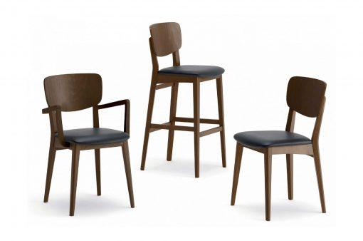 Tri stoličky s drevenou kostrou a chrbtovou opierkou a koženým sedákom.