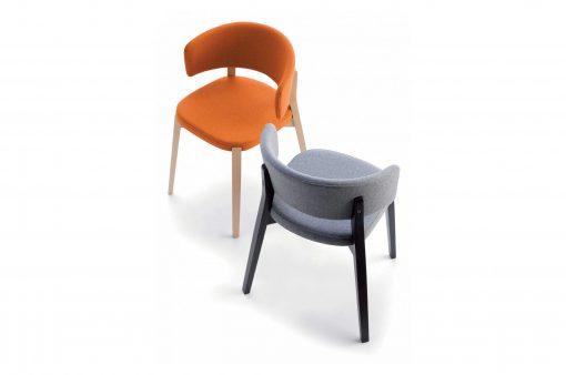 Dve stoličky BOSTON s textilným čalúnením v oranžovej a šedej farbe.