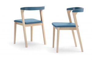 Dve stohovateľné moderné stoličky Denver s modrým sedákom a opierkou.