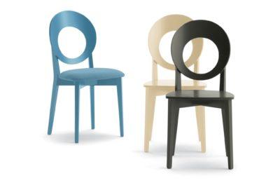 Tri drevené stoličky FILLMORE so zaujímavým okrúhlym dreveným operadlom.