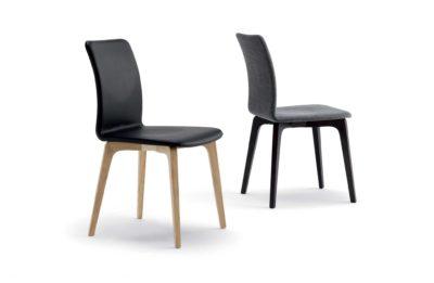 Dve moderné stoličky Harward, celočalúnené kožou a látkou.