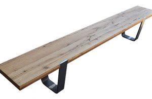 Masívna lavica MERAN s kovovými nohami.