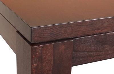 Detail na spoločenský stôl Luxik, ktorý je výnimočný svojou stabilitou a tradičným dizajnom.