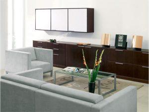 Kovový konferenčný stolík so sklom navrchu značky Brik.