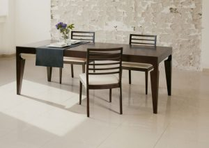 Jedálenský drevený stôl s troma stoličkami, značka Brik.