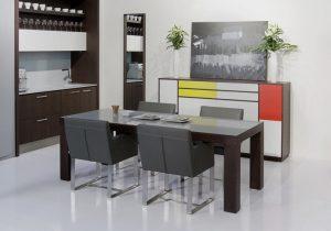 Jedálenský drevený stôl so sklenenou tabuľou navrchu, značka Brik.