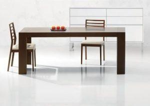 Jedálenský drevený stôl s dvomi stoličkami, značka Brik.