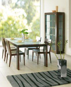 Drevený jedálenský stôl so sklom navrchu, značka BRIK.