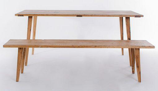 Výnimočný jedálenský stôl a lavica CHALUPAR s výraznými prvkami, vhodný na chalupy a chaty.