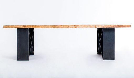 Jedinečný stôl NATURIST s výrazným stolovým plátom a oceľovou podnožou v tvare X.