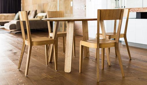 Kado je subtílny bezrámový stôl s výraznejšími nohami lopatkovitého tvaru.